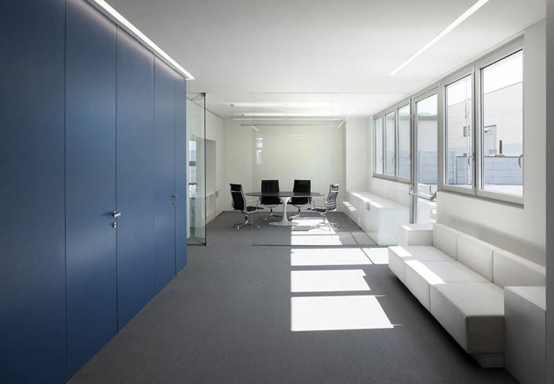 luz externa en oficina armario azul
