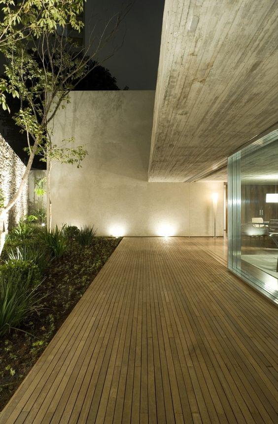 luz exterior del patio en la noche